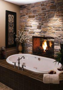 μπάνιο με τοίχο από πέτρα