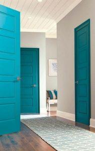 μπλε πόρτες στο σπίτι