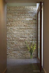 όμορφος πέτρινος τοίχος στο χολ