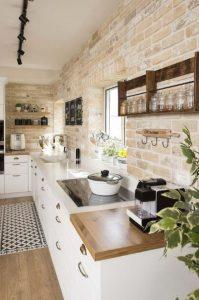 πέτρινη επένδυση τοίχου στη κουζίνα