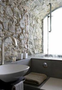 πέτρινος τοίχος στο μπάνιο