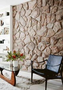 πέτρινος τοίχος στο σαλόνι
