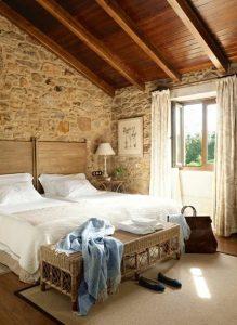 πέτρινος τοίχος στο υπνοδωμάτιο