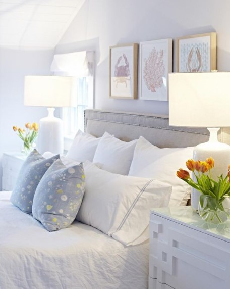 πολλά μαξιλάρια στο κρεβάτι στο υπνοδωμάτιο