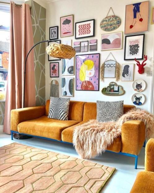 πορτοκαλί καναπές πολλοί πίνακες