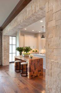 τοίχος από πέτρα στη κουζίνα