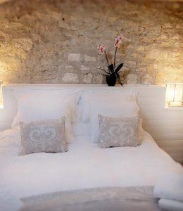 τοίχος από πέτρα στο υπνοδωμάτιο