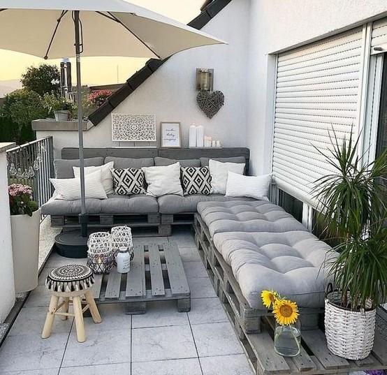 γωνιακός καναπές σε μεγάλο μπαλκόνι