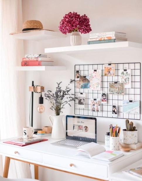 γραφείο άσπρα ράφια λουλούδια διακόσμηση γραφείου
