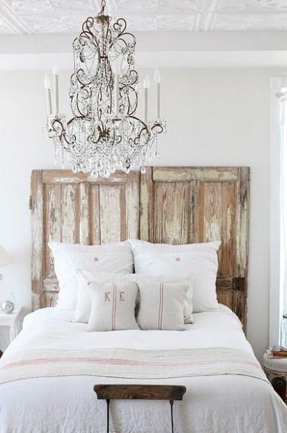 κρεβάτι κεφαλάρι παλιές πόρτες πολυέλαιος