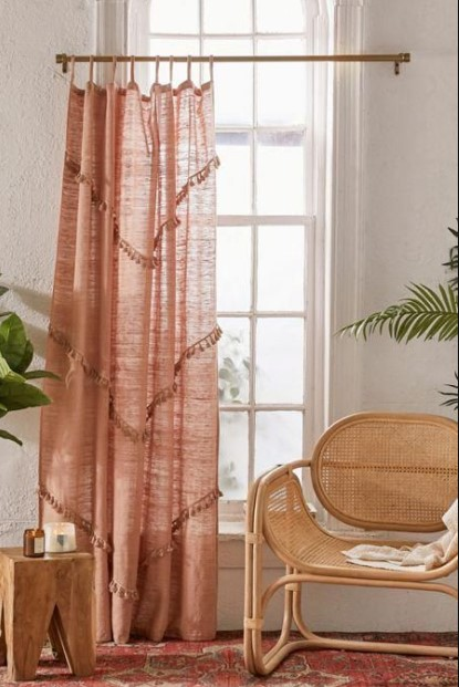 λινή κουρτίνα ροζ ξύλινη πολυθρόνα