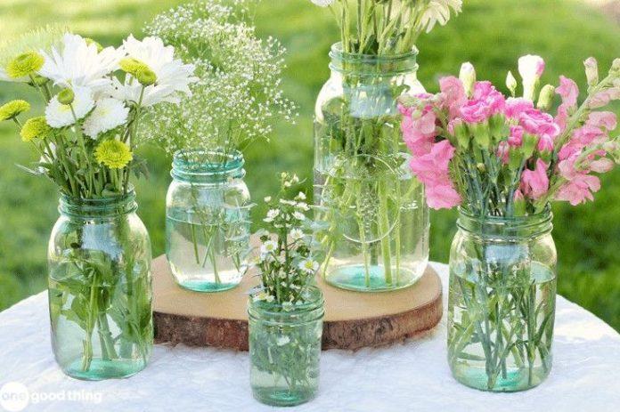 παλιά βαζάκια με λουλούδια