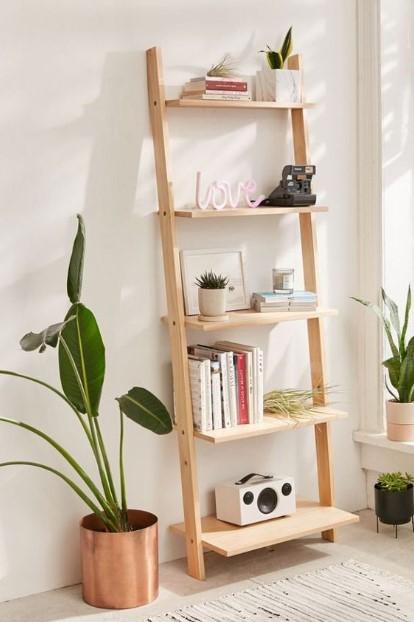 ραφιέρα ξύλινη φυτά κομψά έπιπλα