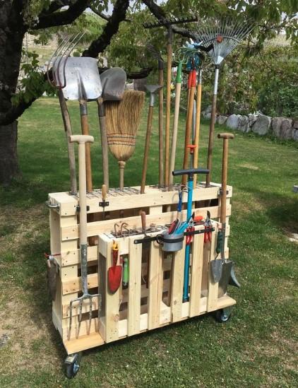 αποθήκευση εργαλείων σε κατασκευή από ξύλινες παλέτες
