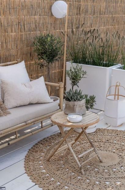 αυλή καλαμωτή φυτά τραπεζάκια καναπές τοίχους εξωτερικού χώρου