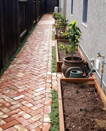 διάδρομος με τούβλα στην αυλή