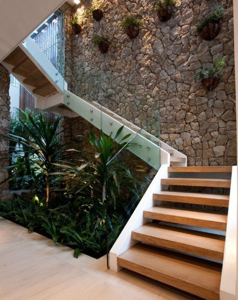 εσωτερική σκάλα με διακόσμηση από φυτά