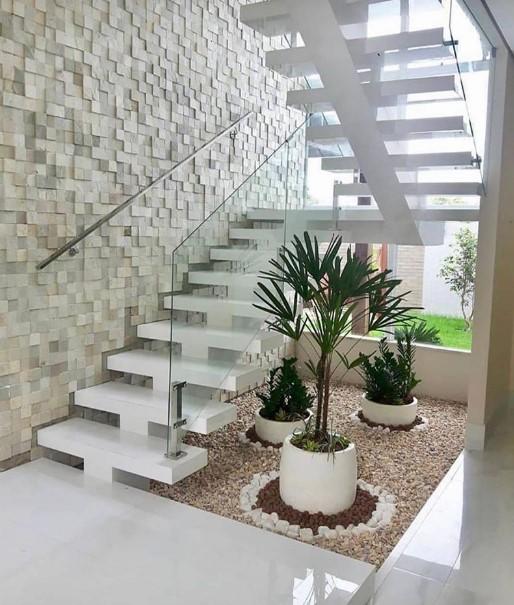 εσωτερική σκάλα διακοσμημένη με φυτά και πέτρες