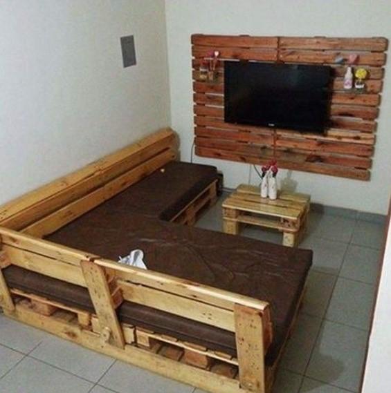 καναπές και τραπεζάκι από ξύλινες παλέτες