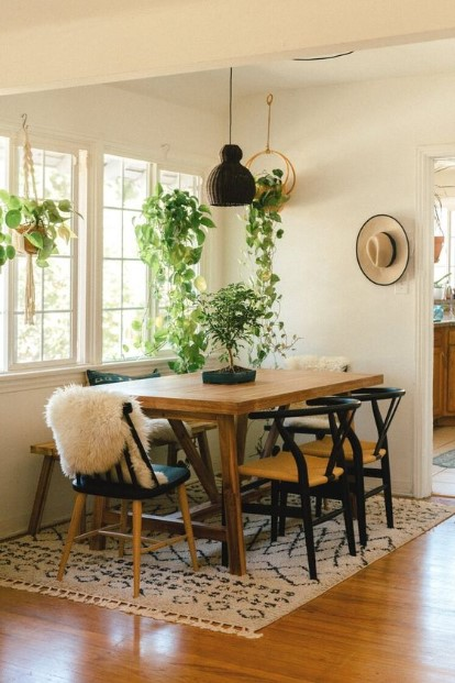 ξύλινο τραπέζι πολλά φυτά