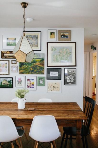 ξύλινο τραπέζι τοίχος γκαλερί