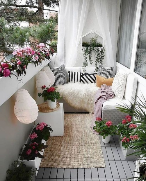μπαλκόνι λουλούδια καναπές κουρτίνες τοίχος