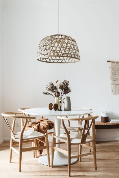 ροτόντα ξύλινες καρέκλες ψάθινο φωτιστικό