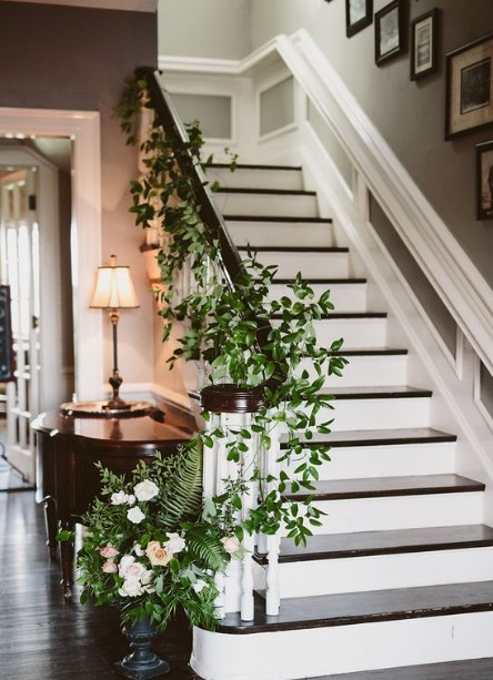 σκάλα με φυτά στα κάγκελα