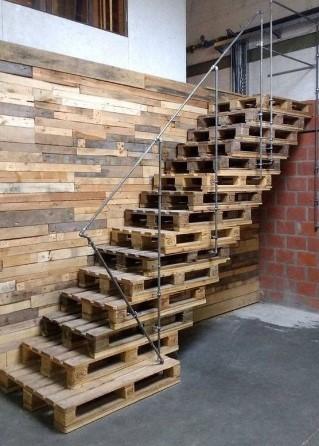 σκάλα από ξύλινες παλέτες