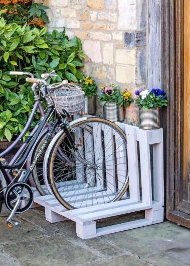σταντ για ποδήλατα στο σπίτι από παλέτες