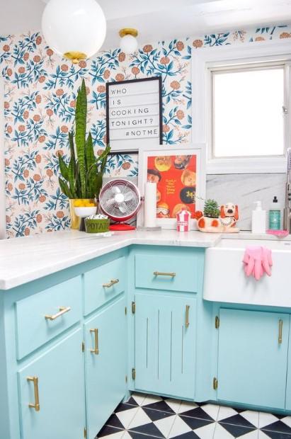 γαλάζια κουζίνα με μοτίβα