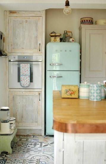γαλάζιο ψυγείο στη κουζίνα