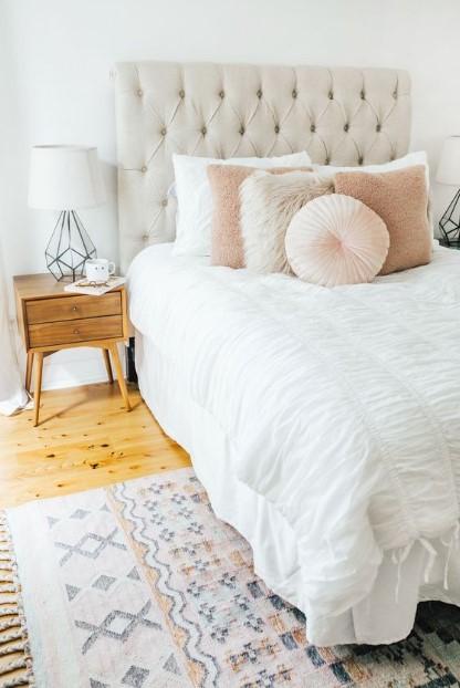 κρεβάτι διακοσμητικά μαξιλάρια κομοδίνο