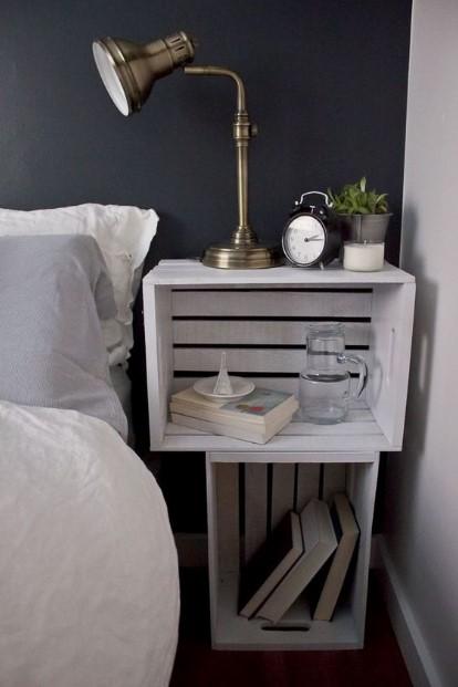 κρεβάτι καφάσια βιβλία λάμπα