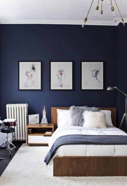 κρεβάτι μπλε τοίχοι κάδρα διακοσμητικά υπνοδωμάτιο