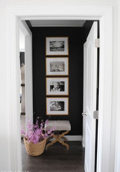 μαύρος τοίχος κάδρα κάθετα διακοσμήσεις χαμηλοτάβανο