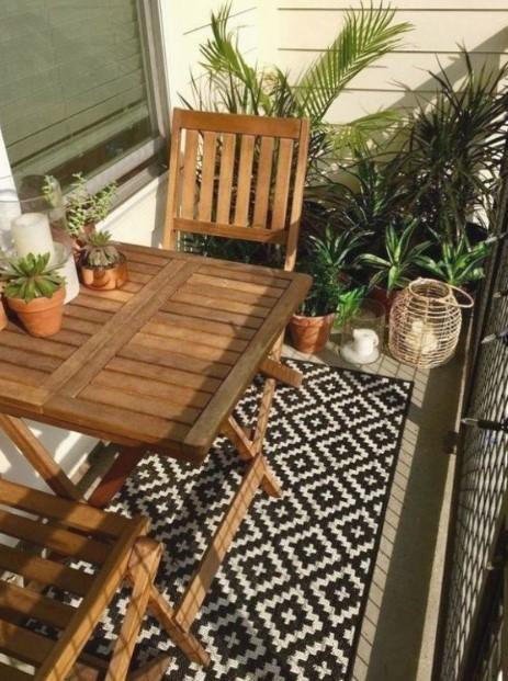 μπαλκόνι ξύλινα έπιπλα χαλί