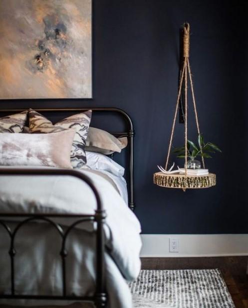 μπλε τοίχος κρεβάτι κρεμαστό ράφι