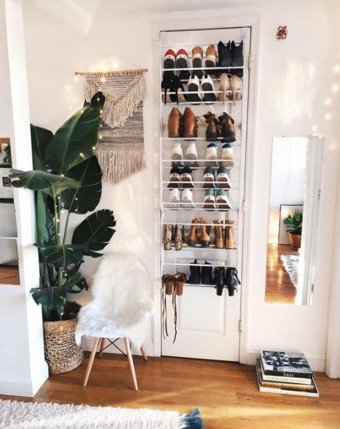αποθήκευση παπουτσιών πίσω από τη πόρτα