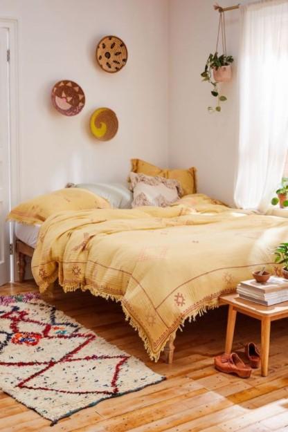 κίτρινο κρεβάτι άσπρο χαλάκι