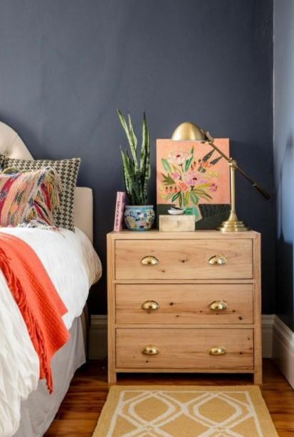 συρταριέρα φυτό λαμπατέρ μπλε τοίχος