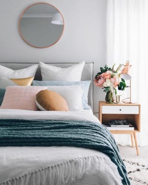 κρεβάτι μαξιλάρια λουλούδια