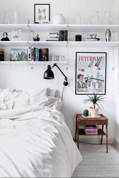 κρεβάτι ψηλά ράφια κομοδίνο λύσεις αποθήκευσης μικρό υπνοδωμάτιο