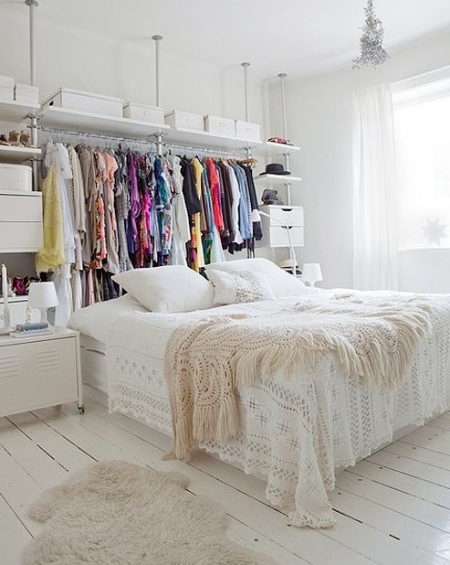κρεβάτι ράγα κρεμασμένα ρούχα