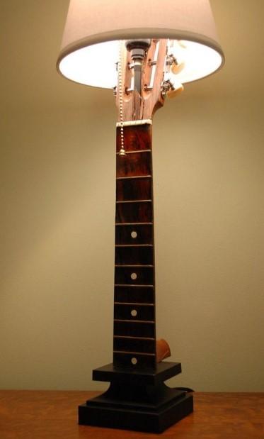 λάμπα κατασκευή από παλιά κιθάρα
