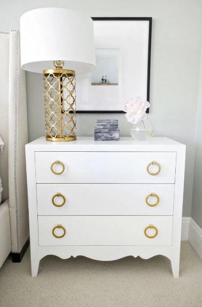 λευκή συρταριέρα με χρυσά χερούλια