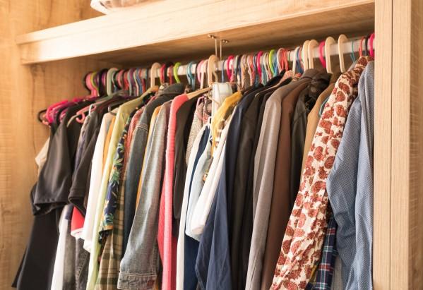 ντουλάπα ρούχα χρωματιστές κρεμάστρες