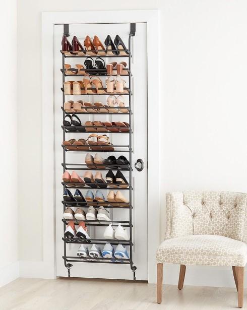 παπούτσια πίσω από πόρτα
