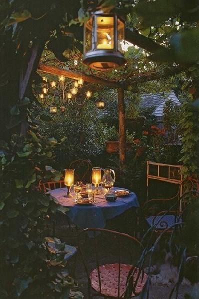 ρομαντικός φωτισμός στο κήπο του σπιτιού
