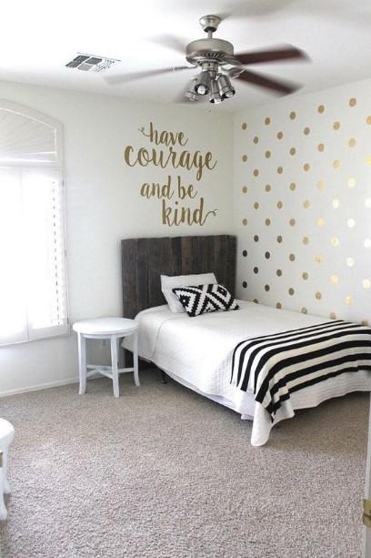 χρυσές πινελιές στο τοίχο δωματίου